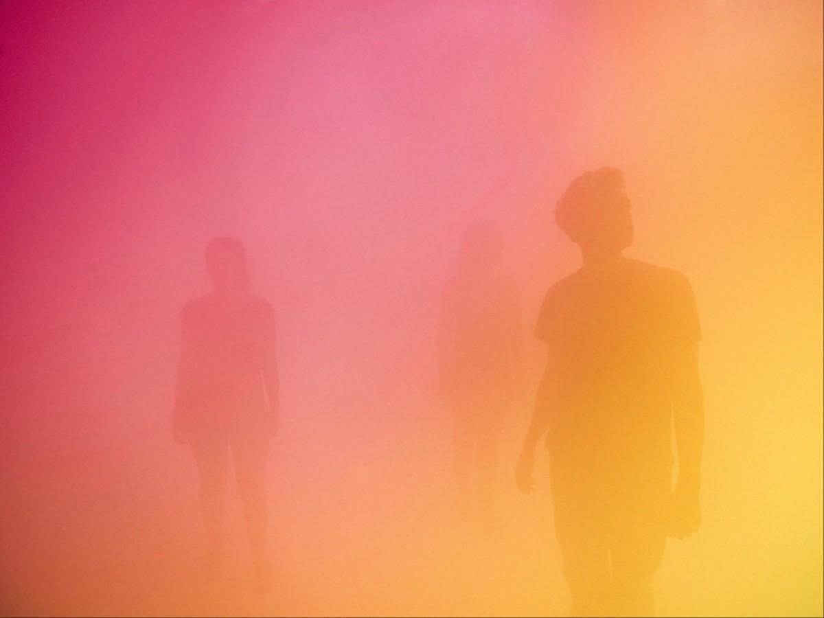 In Londen kun je nu verdwalen in een kamer vol gekleurde mist ...