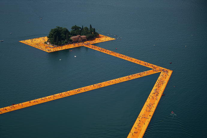 Christo emballe le lac d'Iseo